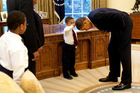 lil-Boy-Pats-President-Obama-on-the-Head-Picture-in-the-white-house